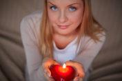 девушка делает свечу